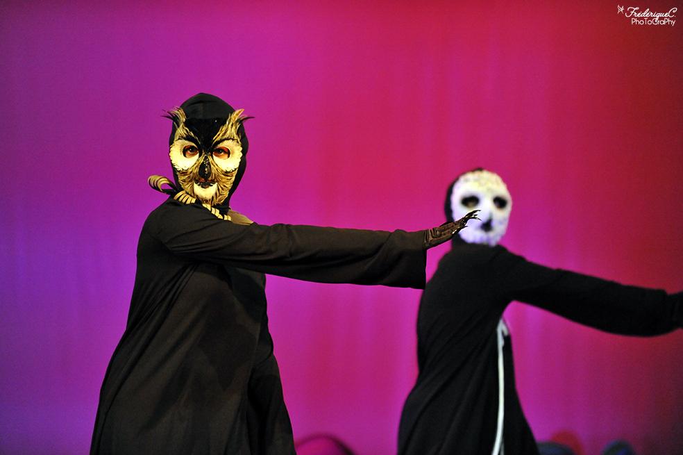 EMAJINARIUM spectacle vivant costumé et dansant créé par le Free Spirit au théâtre de la Madeleine à Paris masques de hiboux