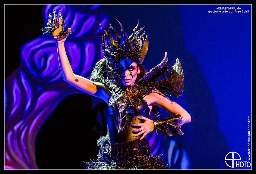 EMAJINARIUM Reine noire costume de scène décors